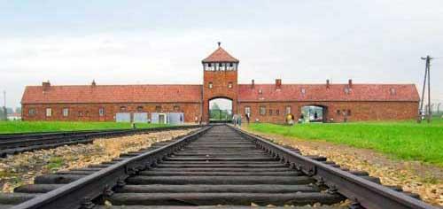 Bahneinfahrt Auschwitz. Foto: C.Puisney. Lizenz: CC BY-SA 3.0, Wikimedia Commons