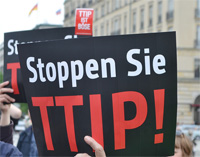 Anti-TTIP-Plakat. Foto: Flickr. Uwe Hiksch. CC BY-NC-SA 2.0.