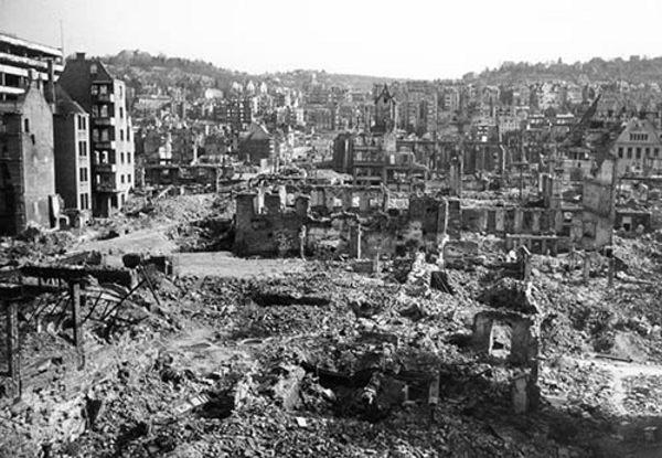 Das zerstörte Stuttgart im Jahr 1946: Blick vom Rathaus über die Altstadt zur Leonhardskirche. Foto: LMZ Baden-Württemberg
