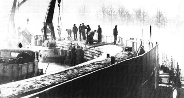 Ostberliner Bauarbeiter errichten die Berliner Mauer. Quelle: Wikimedia / National Archives; Public Domain.
