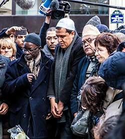 Franzosen in der Trauer vereint. Der französische Imam Hassen Chalghoumi gedenkt der Toten. Foto: Flickr, Guillaume