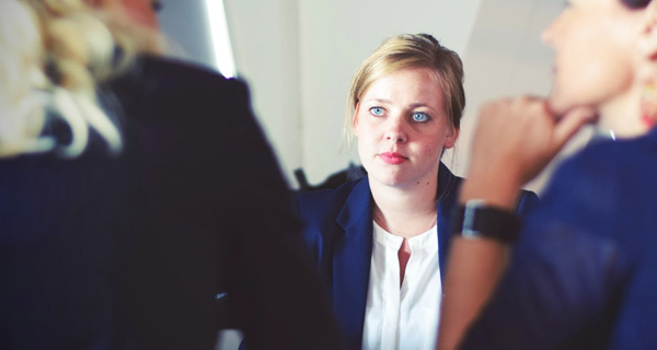Drei Geschäftsfrauen. Foto: Photo by Tim Gouw on Unsplash.com.