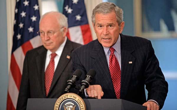 Der damalige US-Präsident George W. Bush während einer Rede, hinter ihm Vizepräsident Dick Cheney
