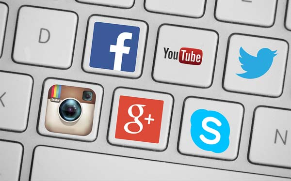 Computertastatur mit Social-Media Icons.
