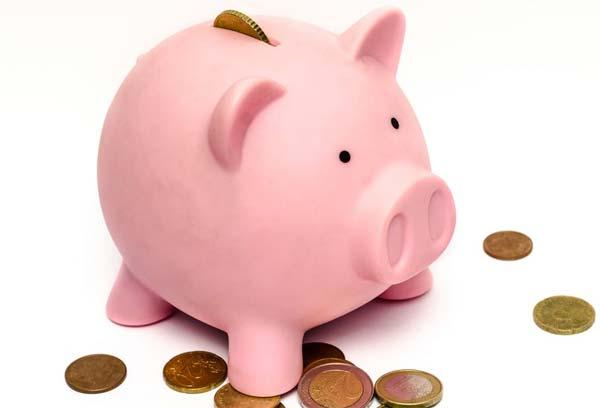 Rosa Sparschwein mit Geldmünzen.
